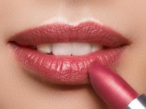 Loesia - Rouge à lèvres Le Prune N°104 - Debout - EAN 3770014805041 - Loesia maquillage biologique et naturel fabriqué en France. Premier Rouge à lèvres français 100% naturel et hydratant