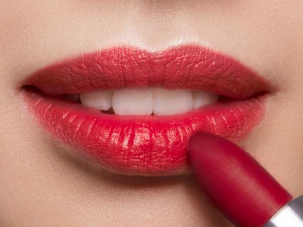 Loesia Le Bordeaux N°102, Debout- EAN 3770014805027, Loesia maquillage biologique et naturel fabriqué en France. Premier Rouge à lèvres français naturel et hydratant