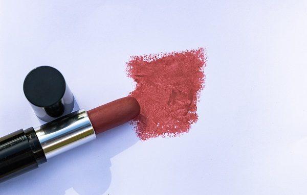 Rose-Loesia-rouge-a-levres-classique