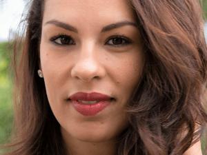 Loesia maquillage biologique et naturel fabriqué en France. Premier Rouge à lèvres français naturel et hydratant. Le Bordeaux Maeva