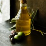 huile d'olive - Photo by Roberta Sorge on Unsplash-min